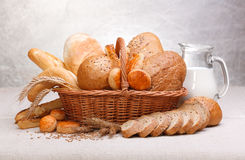 Ny bröd och bakelse Arkivbilder