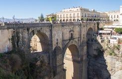 Ny bro över den Guadalevin floden i Ronda, Malaga, Spanien Popula Royaltyfri Bild