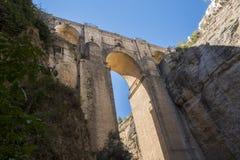 Ny bro över den Guadalevin floden i Ronda, Malaga, Spanien Popula Royaltyfri Fotografi