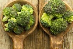 Ny broccoli i en sked på träbakgrund sund mat, vegetarian som bantar Royaltyfria Foton