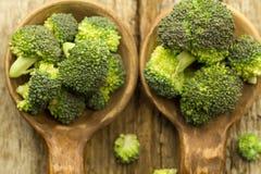 Ny broccoli i en sked på träbakgrund sund mat, vegetarian som bantar Arkivfoto