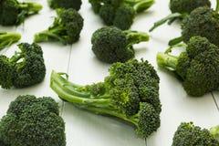 Ny broccoli på den vita tabellen arkivfoton