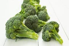Ny broccoli på den vita tabellen royaltyfria bilder