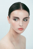 Ny brunettflicka för ung skönhet på vit, relaxe Royaltyfria Foton