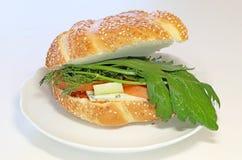 Ny bullesmörgås med ost arkivbilder