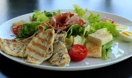 Ny Caesar sallad som är klar till att tjäna som på restaurangen Royaltyfri Bild