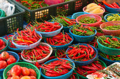 Ny chili i en lokal marknad arkivbild