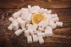 Ny citron på grupp av sockerkuber och strösocker arkivbild