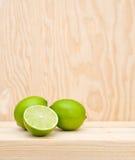 Ny citron på trä Royaltyfri Foto