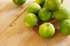 Ny citron på trägolvet Royaltyfria Foton