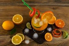 Ny citrus drink på trätabellen Royaltyfria Bilder