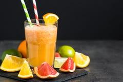 Ny citrus smoothiefruktsaft på mörk bakgrund Arkivbilder