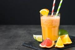 Ny citrus smoothiefruktsaft på mörk bakgrund Royaltyfri Foto