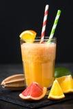 Ny citrus smoothiefruktsaft på mörk bakgrund Royaltyfria Bilder