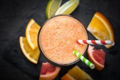 Ny citrus smoothiefruktsaft på mörk bakgrund Arkivfoton