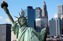 NY clássico - estátua de liberdade contra Manhattan imagens de stock royalty free