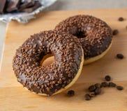 Ny closeup för chokladkaffedonuts fotografering för bildbyråer