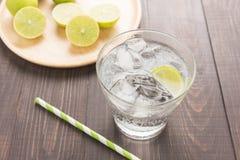 Ny coctail med sodavatten, limefrukt på en träbakgrund royaltyfri foto