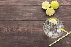 Ny coctail med sodavatten, limefrukt på en träbakgrund fotografering för bildbyråer