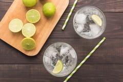 Ny coctail med sodavatten, limefrukt på en träbakgrund royaltyfria bilder