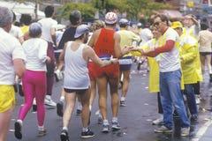 NY de marathon van de Stad, 1st Weg en 59ste brug, agenten met steunpersoneel Royalty-vrije Stock Fotografie