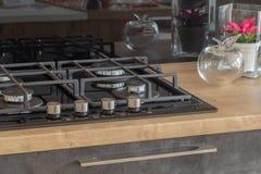 Ny design av den inbyggde ugnen och spisen i köket arkivbild