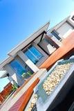 Ny design av ett modern hus och trädgård inklusive stendecorati royaltyfria foton