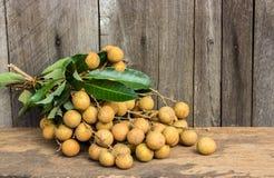 Ny Dimocarpuslongan för Longan, på en träbakgrund royaltyfri fotografi