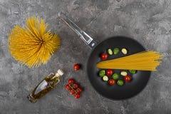 Ny disk med mat på en grå bakgrund Laga mat läcker mat royaltyfri bild