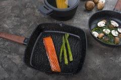 Ny disk med mat på en grå bakgrund Laga mat läcker mat royaltyfria foton