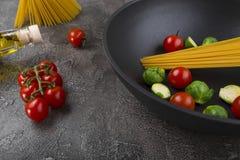 Ny disk med mat på en grå bakgrund Laga mat läcker mat royaltyfria bilder