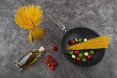 Ny disk med mat på en grå bakgrund Laga mat läcker mat arkivbilder
