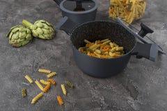 Ny disk med mat på en grå bakgrund Laga mat läcker mat royaltyfri fotografi