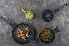 Ny disk med mat på en grå bakgrund Laga mat läcker mat arkivbild