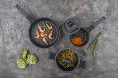 Ny disk med mat på en grå bakgrund Laga mat läcker mat arkivfoton
