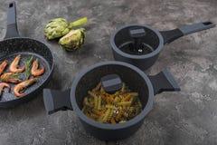 Ny disk med mat på en grå bakgrund Laga mat läcker mat royaltyfri foto
