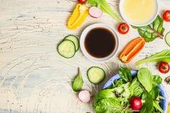 Ny dressing och organiska grönsallat och grönsaker för sund sallad på det ljusa lantliga köksbordet, bästa sikt, ställe för text Arkivfoton