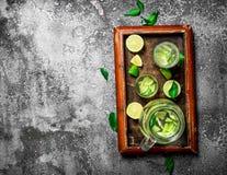 ny drink av mogna limefrukter Arkivbild