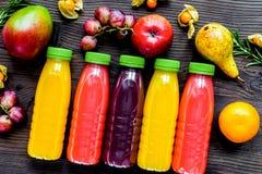 Ny drink för sommar i plast- flaska på träbakgrundsöverkant VI royaltyfri fotografi