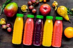 Ny drink för sommar i plast- flaska på träbakgrundsöverkant VI arkivfoton