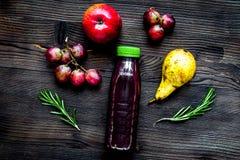 Ny drink för sommar i plast- flaska på träbakgrundsöverkant VI arkivfoto