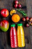 Ny drink för sommar i plast- flaska på träbakgrundsöverkant VI fotografering för bildbyråer