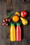 Ny drink för sommar i plast- flaska på trämodell för bästa sikt för bakgrund arkivfoton
