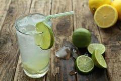 Ny drink med limefrukt royaltyfri fotografi