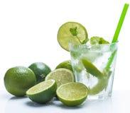 Ny drink med limefrukt och mintkaramellen fotografering för bildbyråer