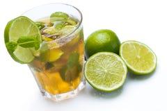 Ny drink med limefrukt och mintkaramellen royaltyfri foto