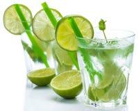 Ny drink med limefrukt och mintkaramellen arkivbild