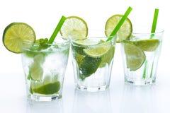 Ny drink med limefrukt och mintkaramellen arkivbilder