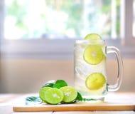 Ny drinklimefruktfruktsaft på träbakgrund royaltyfria bilder