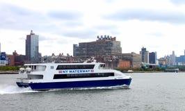 NY drogi wodnej catamaran mięczaka miotacz na hudsonie z Manhattan w tle Fotografia Stock